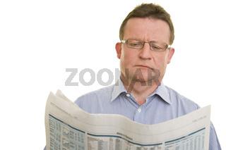Mann beim Zeitungslesen