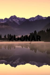 Morgendaemmerung am Lake Matheson