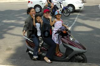 4 Personen fahren auf einem Motorroller, Vietnam