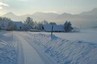 Winter, eisige Strasse zum Dorf, Sonnenaufgang