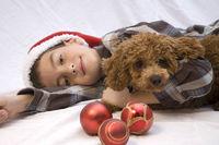 Junge mit Hund und Christbaumkugeln