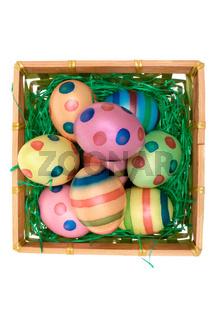 Gefaerbte Eier im Koerbchen