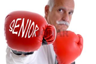 Rentner mit Boxhandschuhe