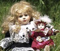 Puppen im Garten. Clown und Puppe