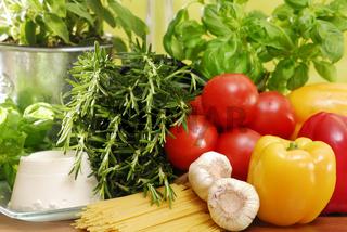 Pasta und frisches Gemüse, Herbs and vegetables