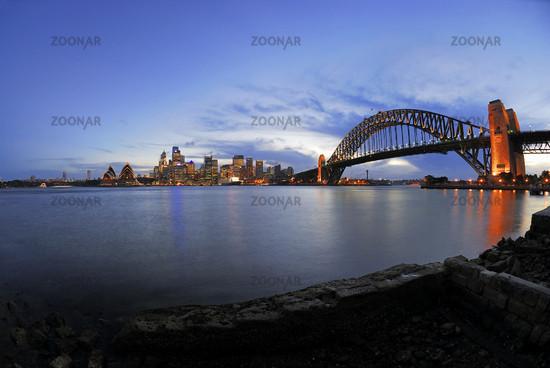 Skyline von Sydney mit Sydney Opera und Harbour Bridge waehrend der blauen Stunde