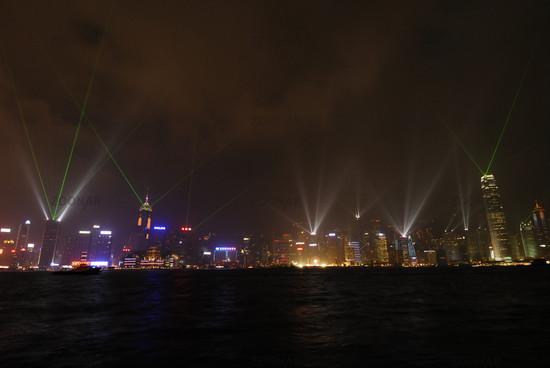 naechtliche Silhouette von Hongkong Island mit beleuchteten Hochhaeusern und Lichtsymphonie