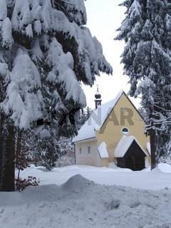 Kirche im Winterwald