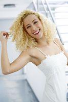 junge Frau in einem festlichem weißen Kleid