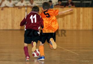 Laufduell zweier Nachwuchs-Fußballer