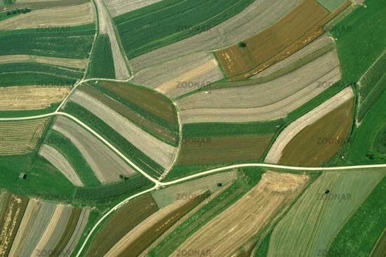 Landwirtschaftliche Felder mit Strukturen und Must