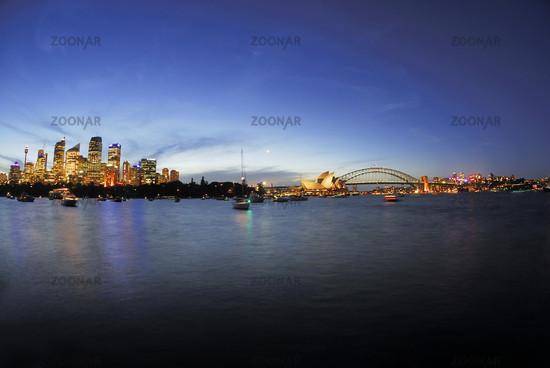 Skyline von Sydney in der blauen Stunde mit Sydney Opera und Harbour Bridge