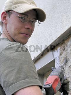 Bauarbeiter mit Bohrhammer, Blickkontakt