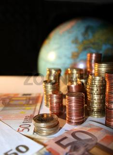 Euro Münzen vor Europa auf Globus