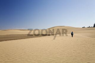 Frau in Dünen