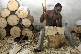 Holzschnitzer bei der Arbeit, Aburi, Ghana