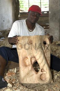 Holzbildhauer zeigt einen rohen Elefantenkopfes