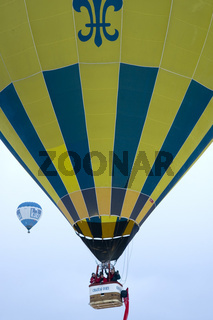 Heissluftballon im Aufstieg, Château-d'Oex