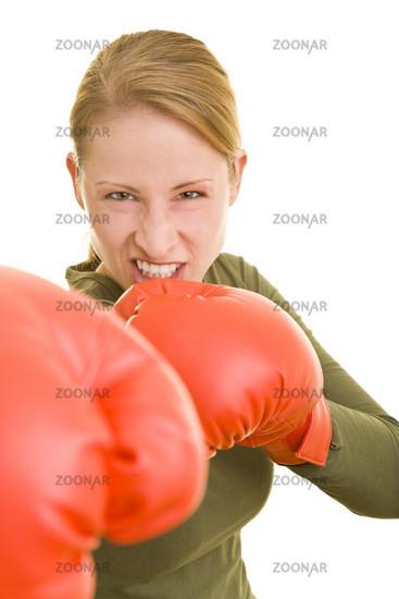 Angreifende Boxerin