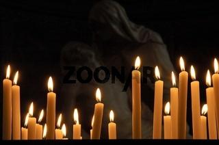Kerzen vor Pieta