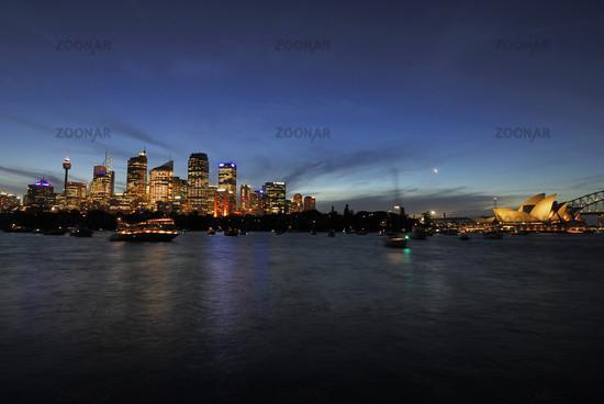 Skyline von Sydney mit Sydney Opera und Harbour Bridge in der blauen Stunde