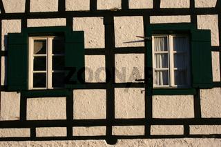 Fachwerkfassade mit kaputten Fensterladen