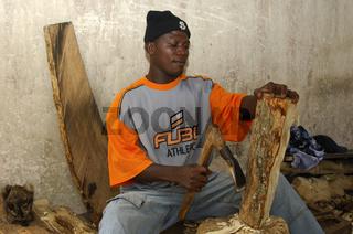 Holzschnitzer bei der Arbeit in Aburi, Ghana