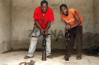 Holzbildhauier beim Polieren von Skulpturen, Ghana