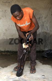Holzschnitzer poliert Holzskulptur, Aburi, Ghana