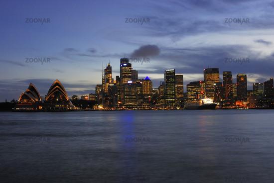 Skyline von Sydney mit Sydney Opera waehrend der blauen Stunde