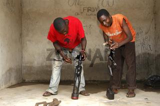 Holzschnitzer beim Polieren von Holzskulpturen