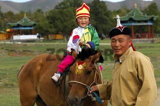 Coach mit 4jähriger Reiterin am Naadam Festival