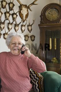Telefonat im Wohnzimmer