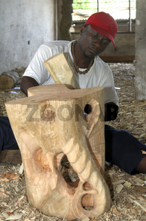 Ein Holzschnitzer zeigt sein Werk, Aburi, Ghana