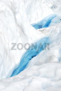 wassergefuellte Gletscherspalten