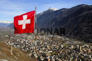 Die Schweizer Flagge weht über Martigny im Tal der Rhone