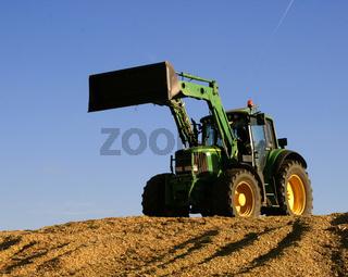 Traktor auf Mais für Biogasanlage
