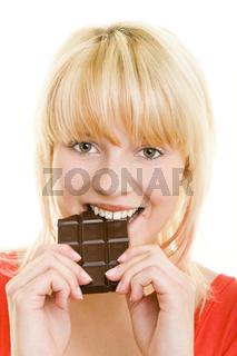 Frau isst Schokolade