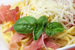 Spaghetti alla Carbonara mit Safran