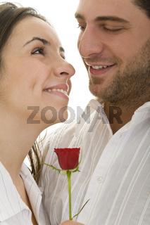 Paar mit roter Rose
