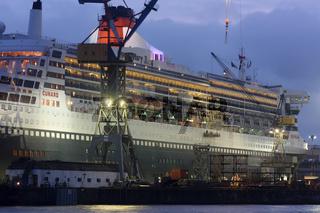 Queen Mary 2 zur Reparatur in Hamburg