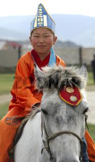 Mädchen auf einem Pferd am Naadam Fest