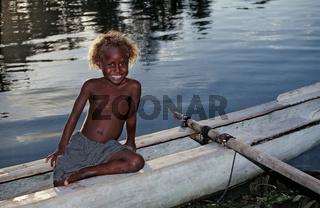 Kinder im Auslegerboot
