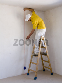 Malergeselle beim Ausloten Baufoto Malerhandwerk