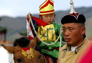 Betreuer mit kleinem Mädchen am Naadam Festivals