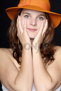 Frau mit orangem Hut | woman with orange hat