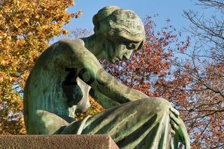 Junge Frau in Bronze