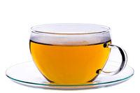 Tasse grüner chinesischer gunpowder Tee auf Untertasse, isoliert auf weißem Hintergrund, Clipping-Pfad enthalten.