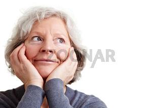 Seniorin schaut verträumt