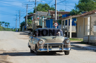 Amerikanischer grauer Oldtimer auf der Strasse in Kuba